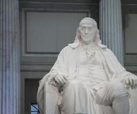 Benjamin Franklin sujetando la llave atada a la cometa.